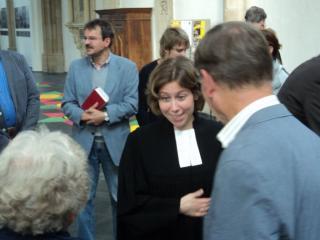 Pfarrerin Sarah Brandt begrüßt Besucher des Gottesdienstes anlässlich ihrer Prebepredigt am 2.9.