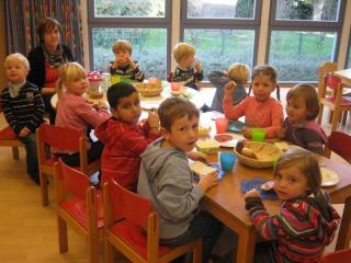 Kinder beim gemeinsamen Frühstück in der Kita am Lauerhaas (Ev. Kirchengemeinde Wesel)