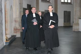 Pfarrer Thomas Brödenfeld (rechts) wird am 3. Februar als Nachfolger von Pfarrer Dieter Schütte (links) in sein Amt eingeführt. Foto beim Abschiedsgottesdienst von Superintendent Schütte am 20. Januar (Foto: Volker Hoffmann, Wesel).