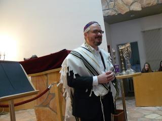 Rabbi Paul Moses Strasko erklärt u.a. den Gebetsschal