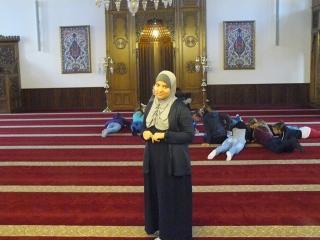 Nural Ibrahim mit Schülern in der Moschee