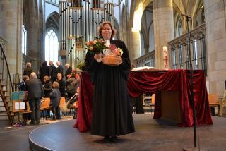 Pfarrerin Brandt beschenkt nach dem Gottesdienst (Foto: Volker Hoffmann)