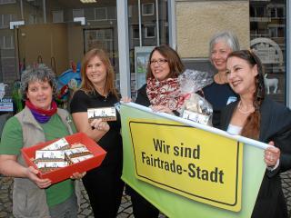 Die Stadt Wesel hat vor einigen Monaten in Zusammenarbeit mit dem Eine-Welt-Laden eine fair gehandelte Schokolade herausgebracht. Hier sind die Initiatorinnen mit Bürgermeisterin Ulrike Westkamp (Mitte) bei der Präsentation zu sehen (Foto: K. Bauer)
