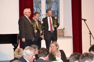 Blumen an die neugewählten KSV-Mitglieder (Pfarrer Binnenhey, Pfarrer Meyer und Superintendent Brödenfeld, v.l.n.r.)