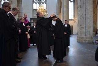 Nikolaus Schneider segnet den neuen Superintendenten.