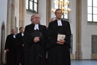 Vor Beginn des Gottesdienstes zogen Pfarrerinnen, Pfarrer und Presbyter ein.