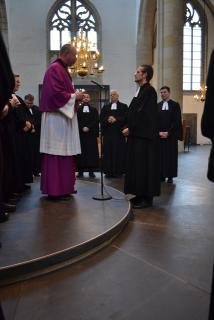 Pfarrer Sühling spricht von der katholischen Kirchengemeinde einen Segenswunsch.