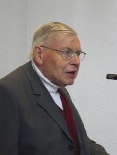 Pfarrer Hans-Walter Boelitz bei einer Ansprache in der Kirche am Lauerhaas im April 2011