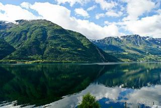 Hardangerfjord (Foto Guojunjun, Wikimedia Hardangerfjord)