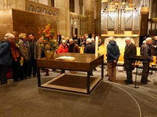 Die Besucher begutachten den neuen Altar und die Kanzel