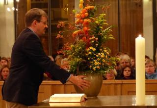 Indienstnahme des neuen Altars: Die Blumen werden zu Beginn aufgestellt.