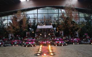 Der geschmückte Altar in der Reithalle