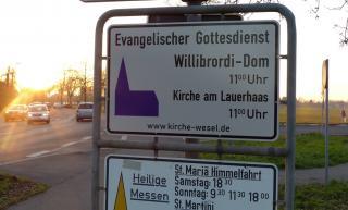 Dieses neue Schild steht an der Ecke Brüner Landstraße und Molkereiweg in Wesel-Obrighoven.